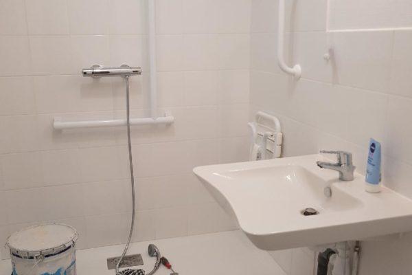 Un devis d'exemple de rénovation d'une salle de bain : carrelage sol et murs, peinture ...